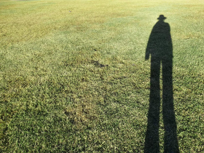 芝生の上の人影
