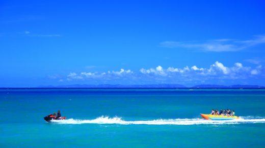 海上を走るボート