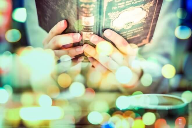 読書に耽る人