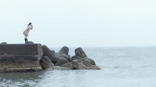 海に向かって叫ぶ女子高生
