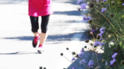 ランニングをする女性と花