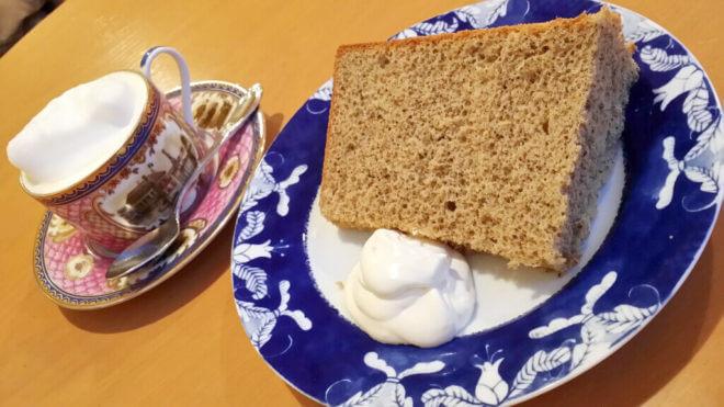 シフォンケーキとロイヤルミルクティー