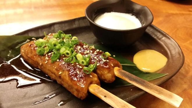 温泉卵とからし付きの鶏つくね串
